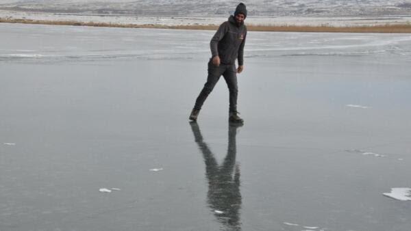 Gençlerin Çıldır Gölünde buzla sınavı